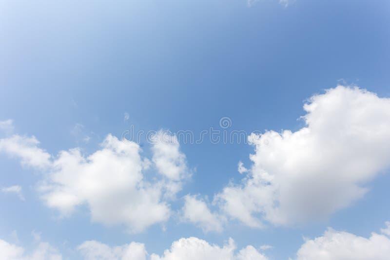 Fond de ciel bleu avec des nuages, ciel de fond photos stock