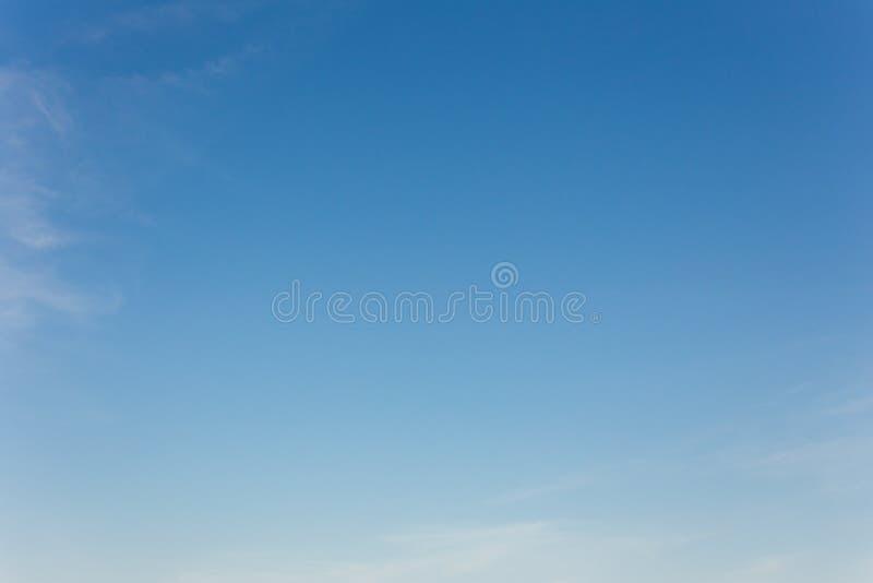 Fond de ciel bleu avec des nuages, ciel de fond images stock