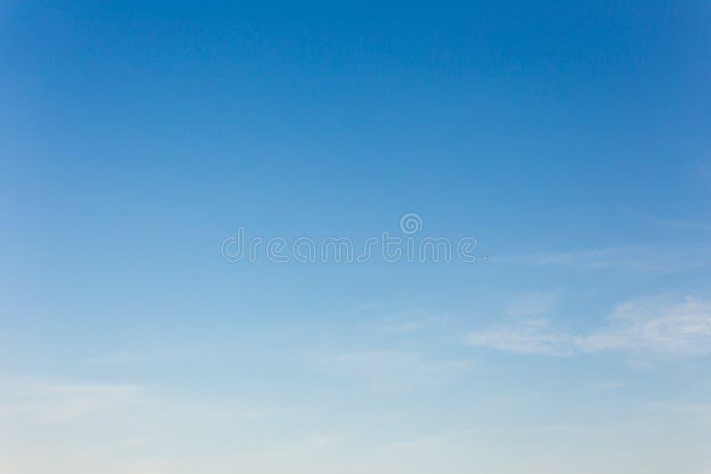 Fond de ciel bleu avec des nuages, ciel de fond photos libres de droits