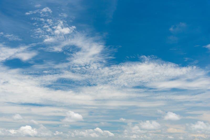 Fond de ciel bleu avec des nuages Concept de nature et de fond Th?me de l'espace et d'air photos stock