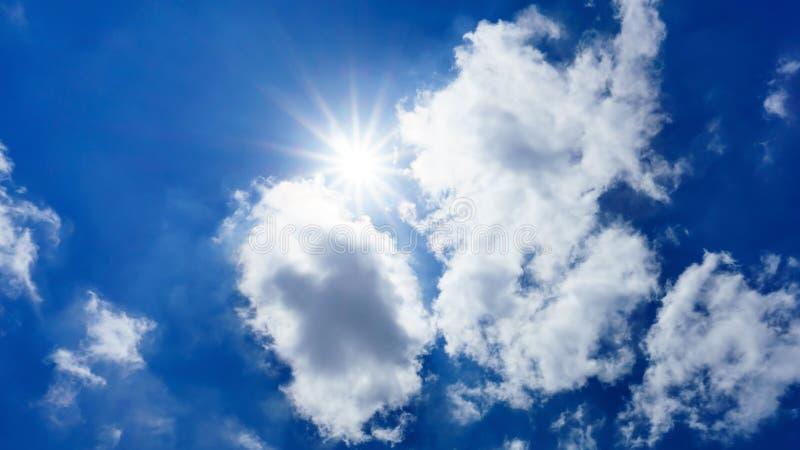 Fond de ciel bleu avec l'éclat et les nuages du soleil photos libres de droits