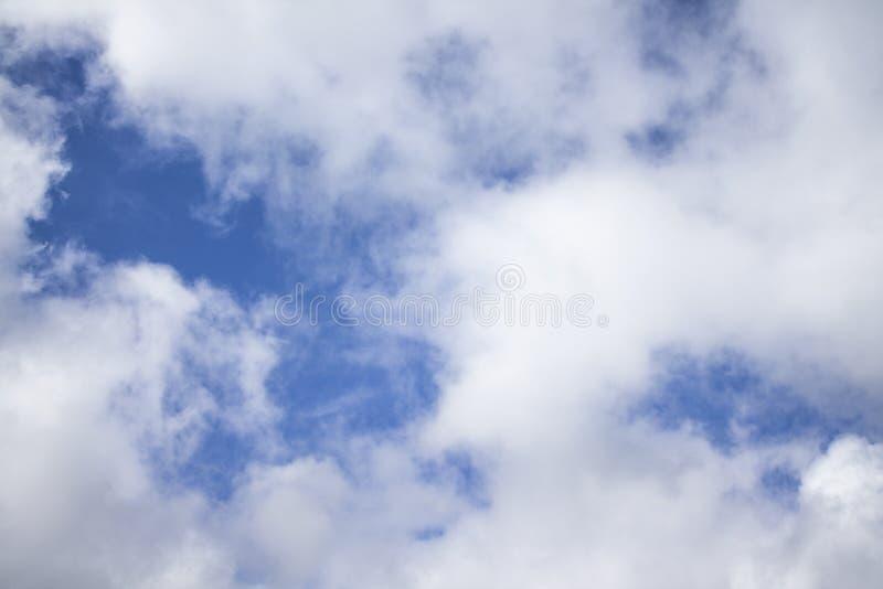 Fond de ciel bleu avec les cumulus pelucheux images libres de droits