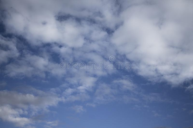 Fond de ciel bleu avec les cumulus pelucheux images stock