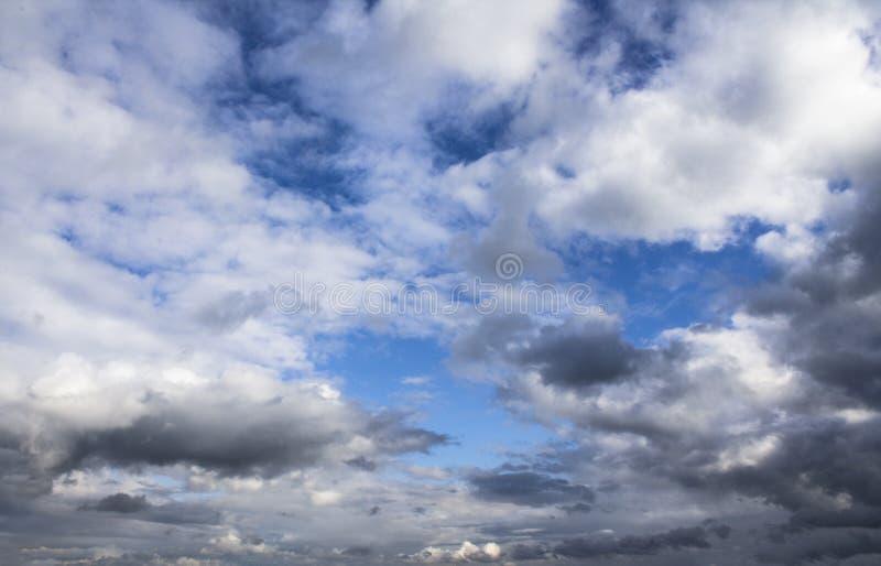 Fond de ciel bleu avec les cumulus pelucheux avant tonnerre photographie stock