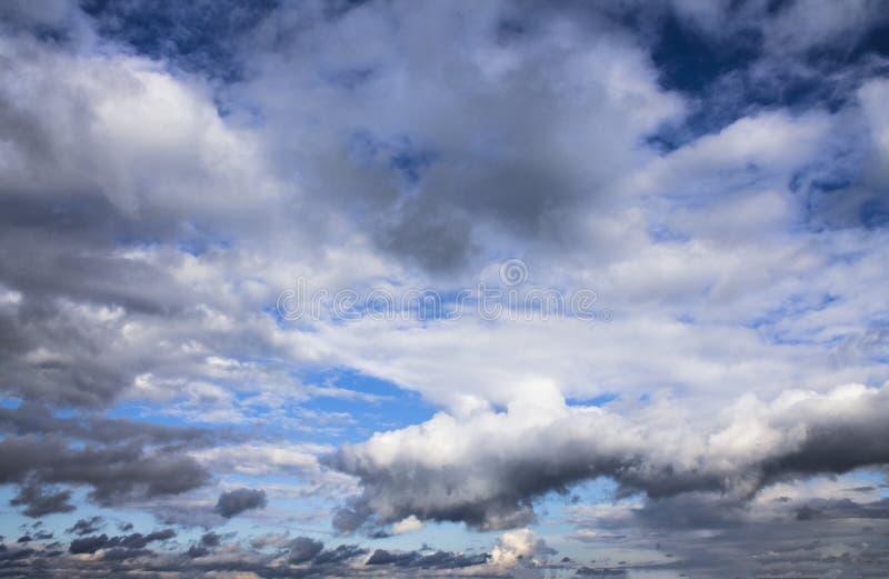 Fond de ciel bleu avec les cumulus pelucheux avant tonnerre photo libre de droits