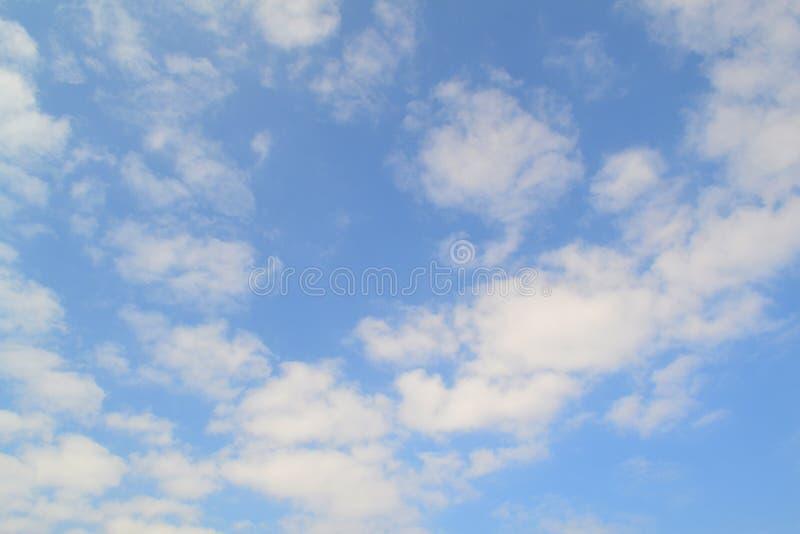 Fond de ciel bleu avec les nuages blancs L'atmosphère de vacances Texture de ciel ou fond de papier peint Vue supérieure Paysage  images libres de droits