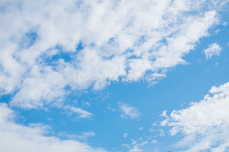 Fond de ciel bleu avec les nuages minuscules images libres de droits
