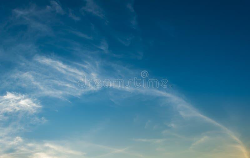 Download Fond De Ciel Bleu Avec Les Nuages Minuscules Photo stock - Image du beauté, cieux: 76086214