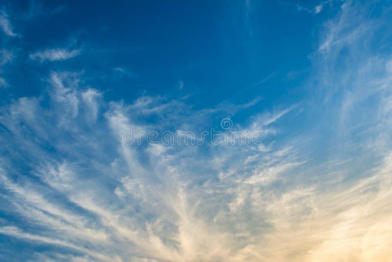 Download Fond De Ciel Bleu Avec Les Nuages Minuscules Image stock - Image du environnement, lumière: 76086347