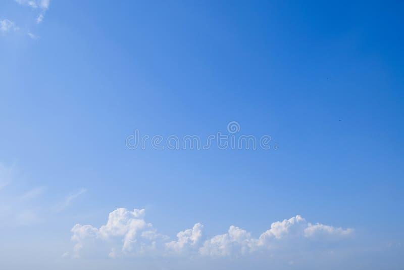 Fond de ciel bleu avec les nuages pelucheux minuscules Avec l'espace de copie photographie stock libre de droits