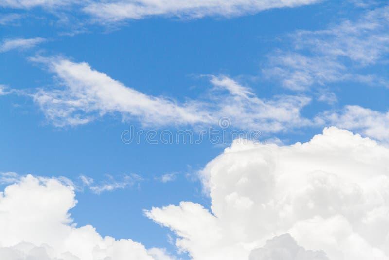 Fond de ciel bleu avec pelucheux blanc photo libre de droits
