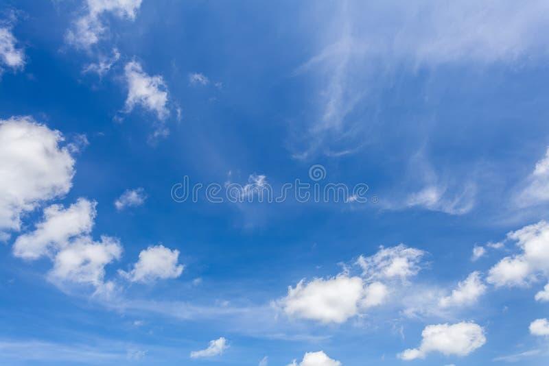 Fond de ciel bleu et de nuage photos stock