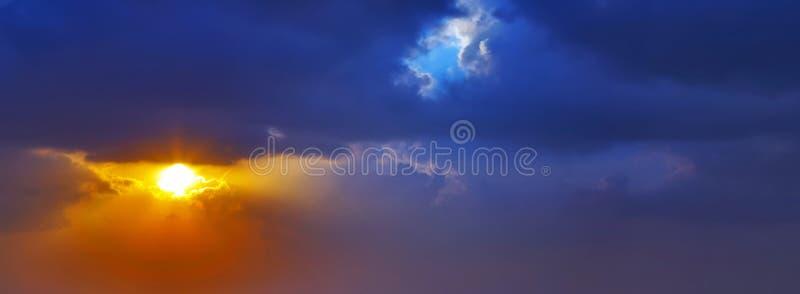 Fond de ciel de coucher du soleil de nuage images stock