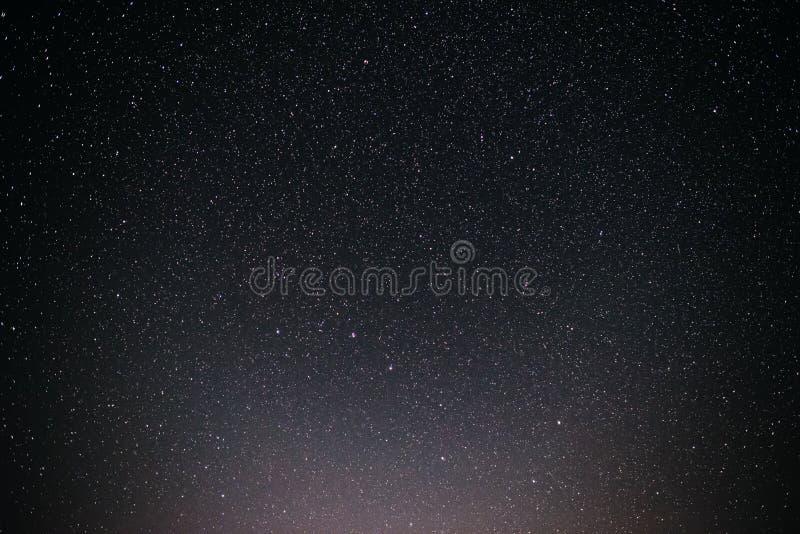 Fond de ciel nocturne étoilé grisonnant et bleu photographie stock