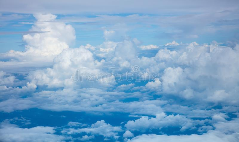 Fond de ciel - vue aérienne des nuages et de l'atmosphère légers de ciel images libres de droits