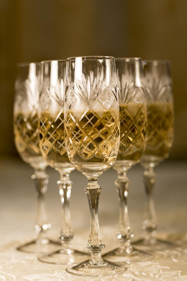 Fond 2019 de cinq Crystal Glasses With Champagne photos stock