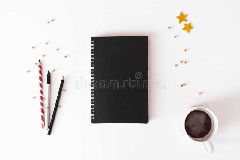 Fond de composition en Noël d'insecte de carte postale de journal intime papier peint, décorations, ornements sur le fond blanc images stock