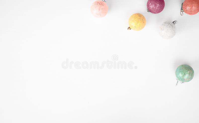 Fond de composition en Noël wallpaper, des boules de décoration de Noël, sur le fond blanc Configuration plate, vue supérieure images libres de droits