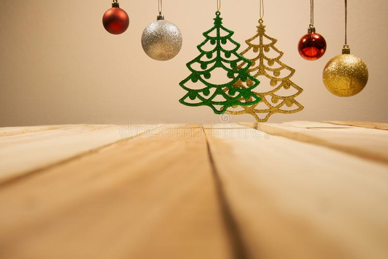 Fond de compositions en Noël et en nouvelle année avec la boule de Noël de décoration avec la table en bois image stock