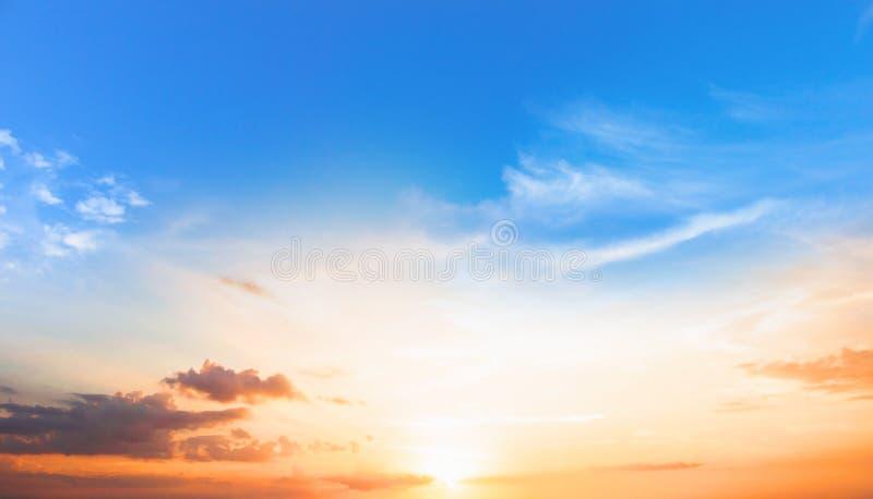 Fond de concept coloré de ciel : Coucher du soleil dramatique avec le ciel et les nuages crépusculaires de couleur images stock