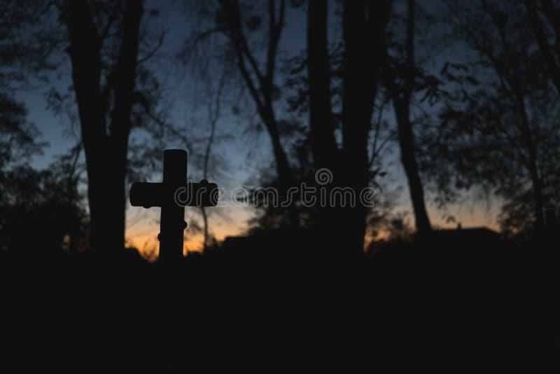Fond de conception de Halloween Cimeti?re la nuit Vieux cimetière fantasmagorique, silhouette des croix, minimalistic images libres de droits