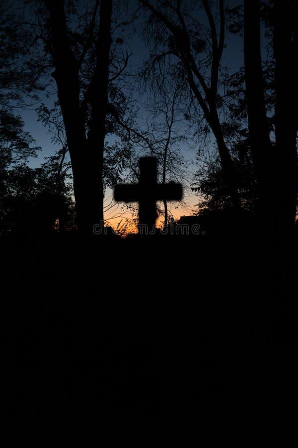 Fond de conception de Halloween Cimeti?re la nuit Vieux cimetière fantasmagorique, silhouette des croix, photo minimalistic et ve image libre de droits