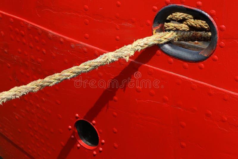 Fond de coque rouge de bateau avec la corde photo stock