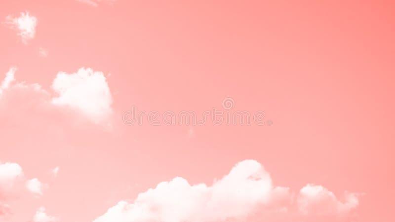 Fond de corail de ciel de couleur avec de petits nuages blancs format panoramique de 16:9 photo stock
