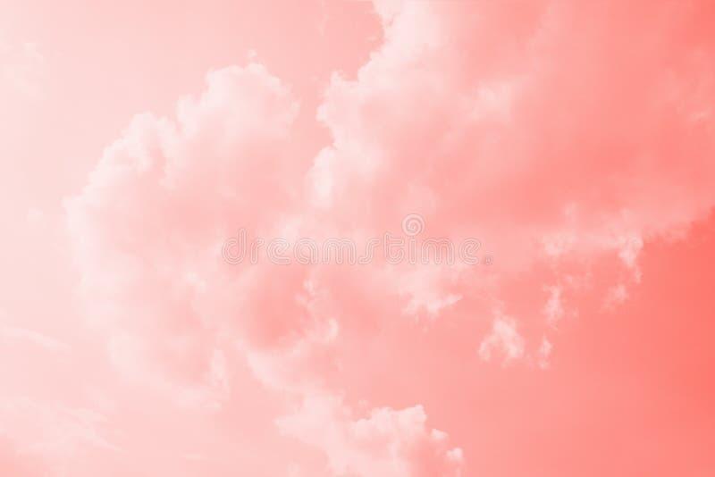 Fond de corail rose de ciel de couleur avec les nuages blancs Fond de corail de gradient images libres de droits