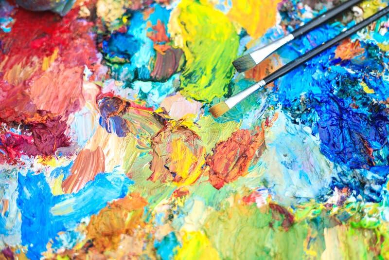 Fond de couleur de la palette de l'artiste avec des brosses photos stock