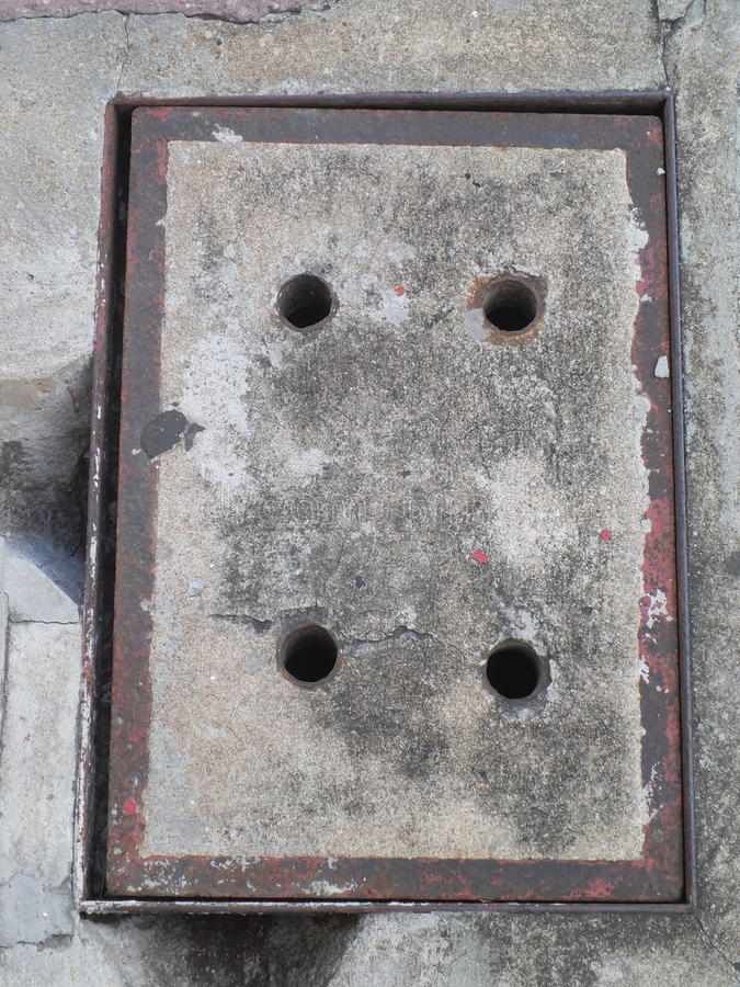 Fond de couvercle d'égout de ciment image stock