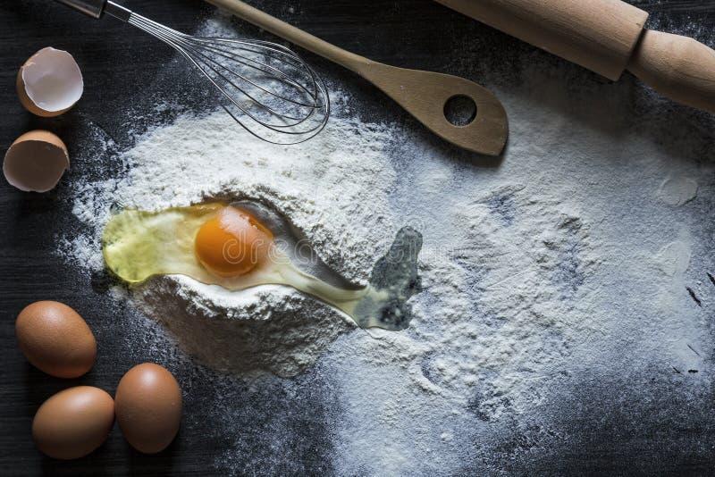 Fond de cuisson avec une goupille, une farine et des oeufs crus photo libre de droits