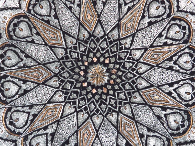 Fond de cuivre traditionnel iranien d'ornements de rosette de plateau Tray Hand Engraved de cuivre photographie stock