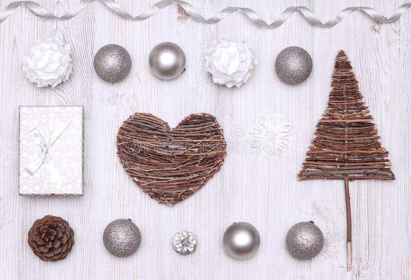 Fond de décoration de nouvelle année de Noël : arbre, boules, coeur, cadeau image stock