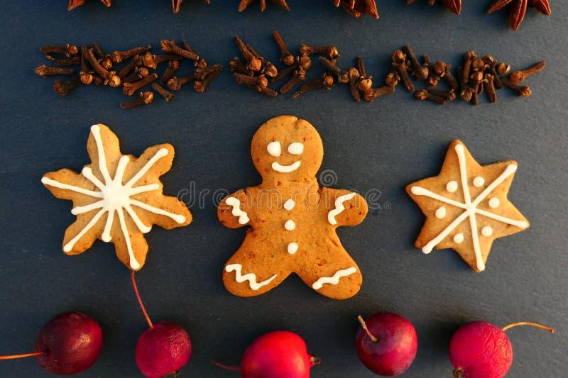 Fond de décoration de Noël avec des biscuits de bonhomme en pain d'épice et d'étoiles images stock