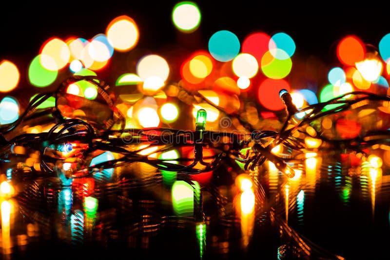 Fond de décoration de Noël ou de Noël de quirlandes électriques, foyer sur les ampoules électriques photo libre de droits