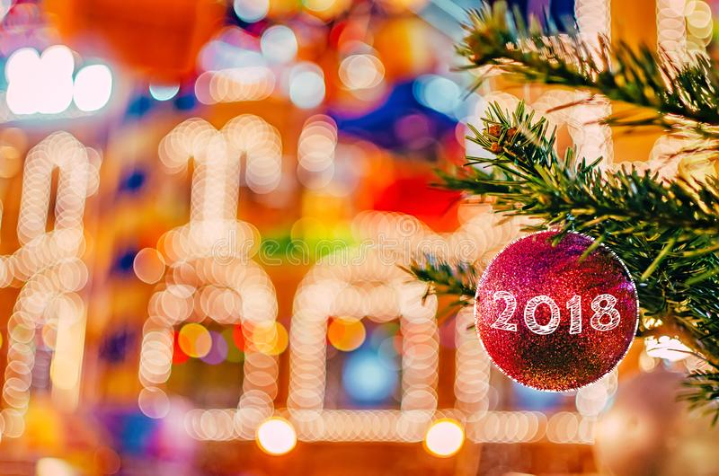 Fond de décorations de Noël et de nouvelle année Boule rouge de Noël sur la branche de sapin avec le texte 2018 photographie stock libre de droits