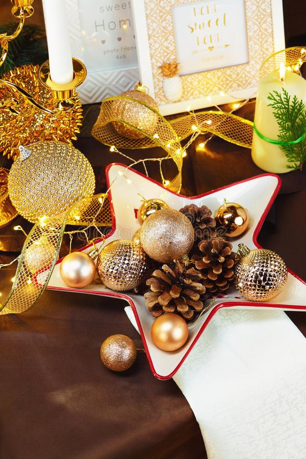 Fond de dîner de Noël, plat, fourchette, couteau et décoration de fête sur la table en bois rustique foncée, vue supérieure Arran photos stock