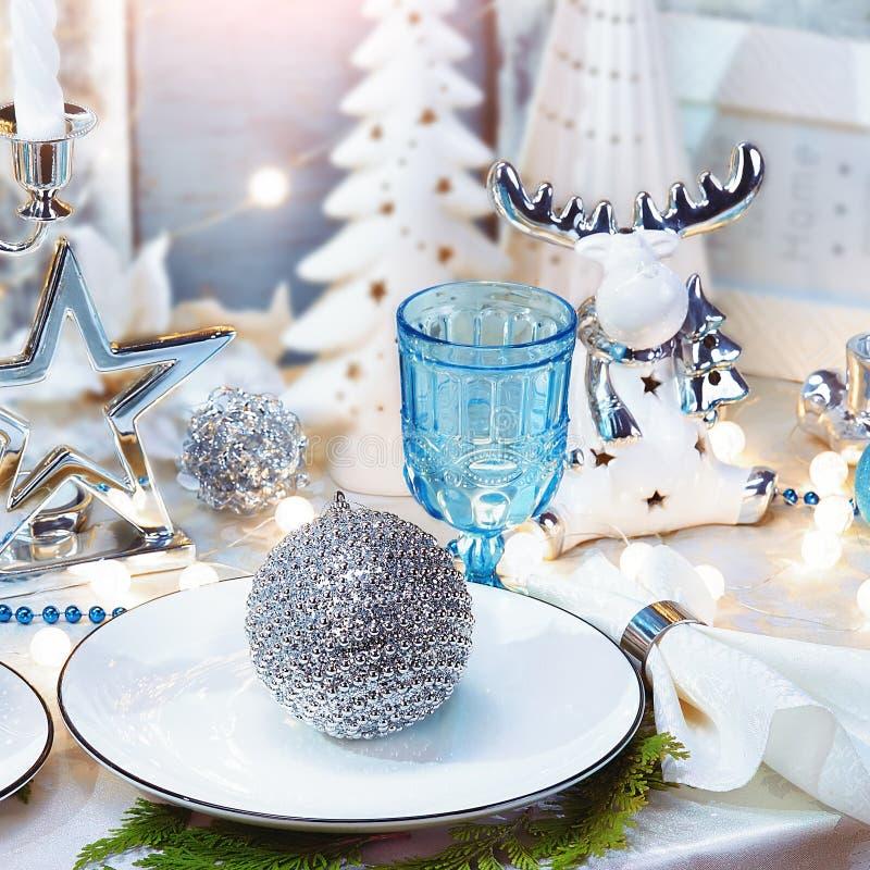 Fond de dîner de Noël, plat, fourchette, et décoration de fête Ensemble argenté et crème de table de Noël photos libres de droits