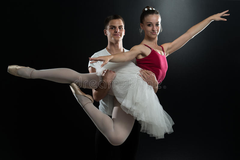 Fond de Dancing On Black de danseur classique de ballerine de couples photos libres de droits
