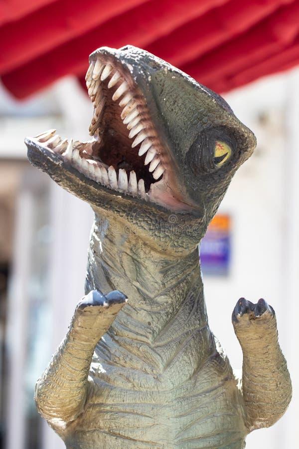 Fond de dinosaure Plan rapproché d'un dinosaure en plastique préhistorique avec la bouche grande ouverte sur le fond de tache flo images libres de droits