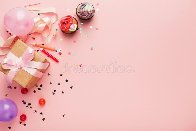 Fond de fête d'anniversaire avec le cadeau et les gâteaux photographie stock libre de droits