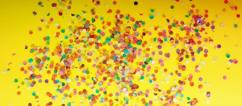 fond de fête des confettis, vue faite de confettis colorés images stock