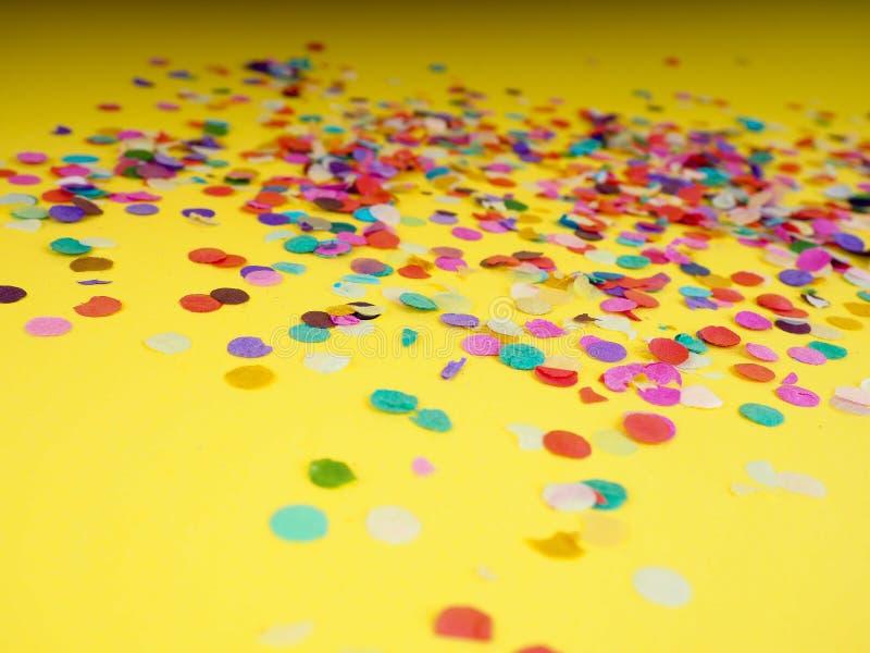 fond de fête des confettis, vue faite de confettis colorés photo stock