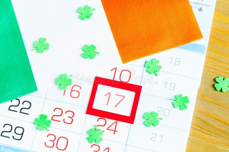 Fond de fête de jour du ` s de St Patrick Quatrefoils verts et le drapeau national irlandais, concept de vacances du jour de St P photos stock