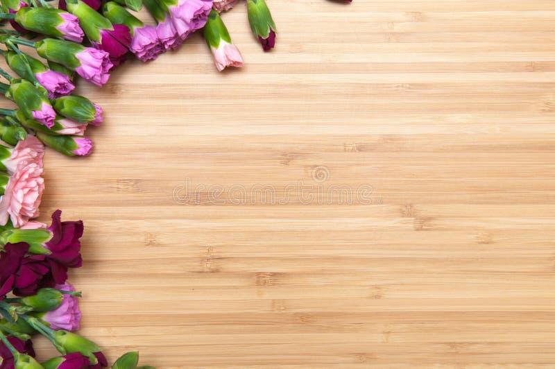 Fond de fleur et en bois images stock