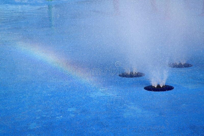 Fond de fontaine d'arc-en-ciel et d'eau photos stock