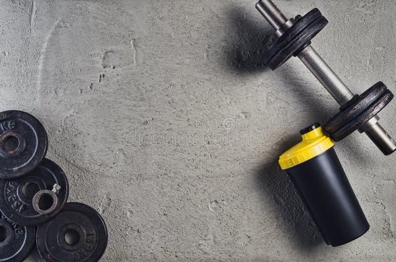 Fond de forme physique ou de bodybuilding Haltères sur le plancher de gymnase, vue supérieure photos stock