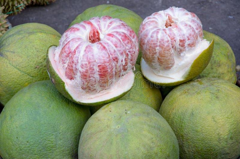 Fond de fruit de raisin sur le marché tropical photos libres de droits