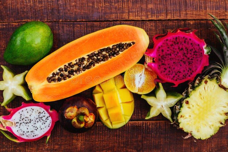 Fond de fruits tropicaux, beaucoup de fruits tropicaux m?rs color?s photos libres de droits